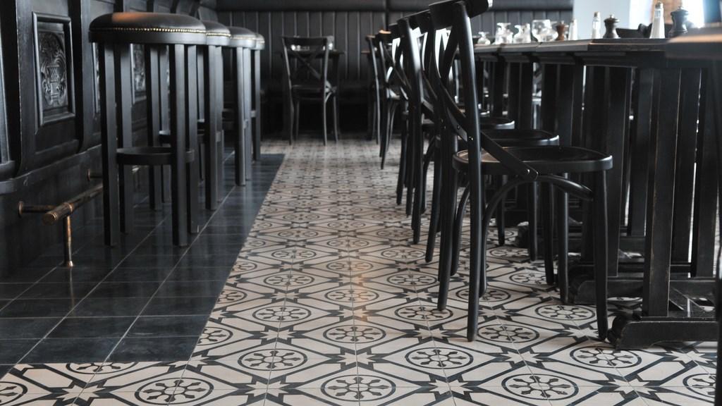 pose de carrelage en carreaux de ciment brasserie de l 39 ecu de bretagne. Black Bedroom Furniture Sets. Home Design Ideas